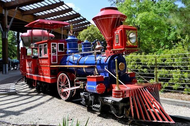 Kuvassa huvipuistoa kirtävä juna
