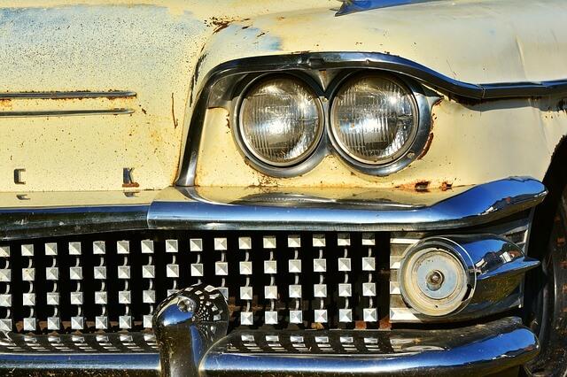 Kuvassa vanha auto, joka pitäisi vaihtaa uuteen