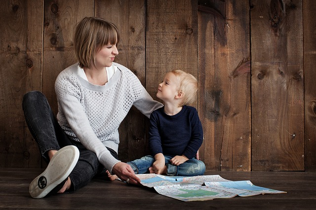 Äiti ja lapsi istumassa vierekkäin
