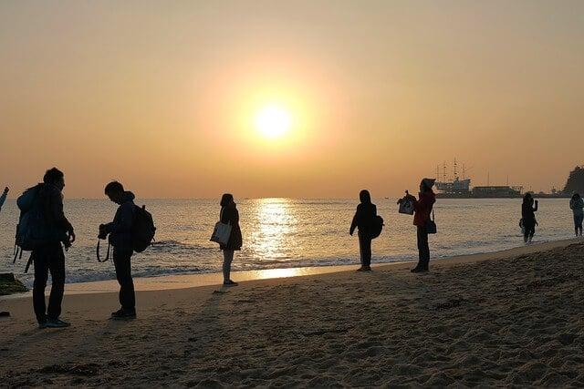 Kuvassa auringonlasku lomamatkalla hiekkarannalla