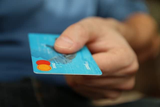 Luotolliseen tiliin voi liittää luottokortin